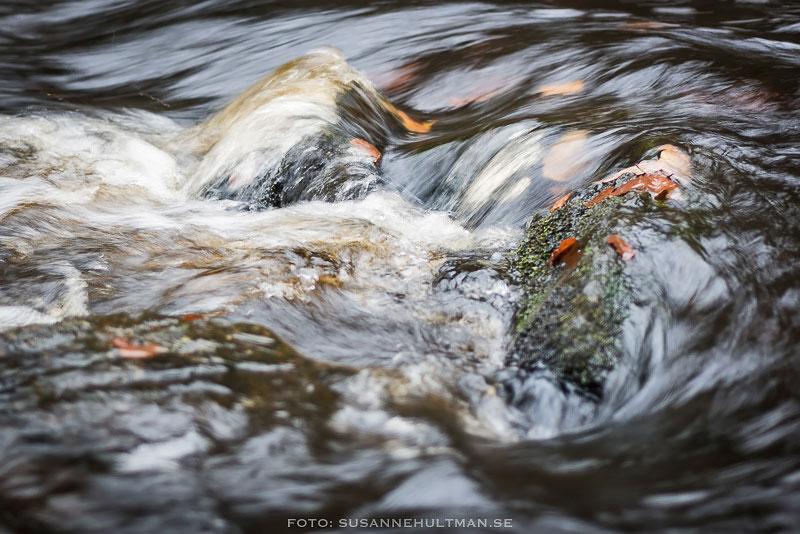 Vattenvirvlar vid sten