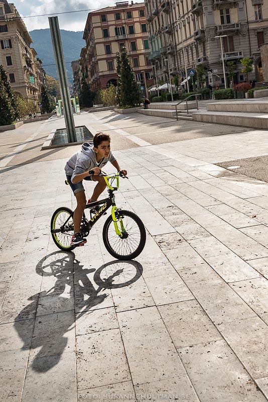 Pojke på cykel