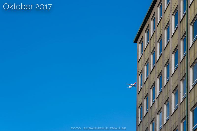 Flygplan mot husvägg