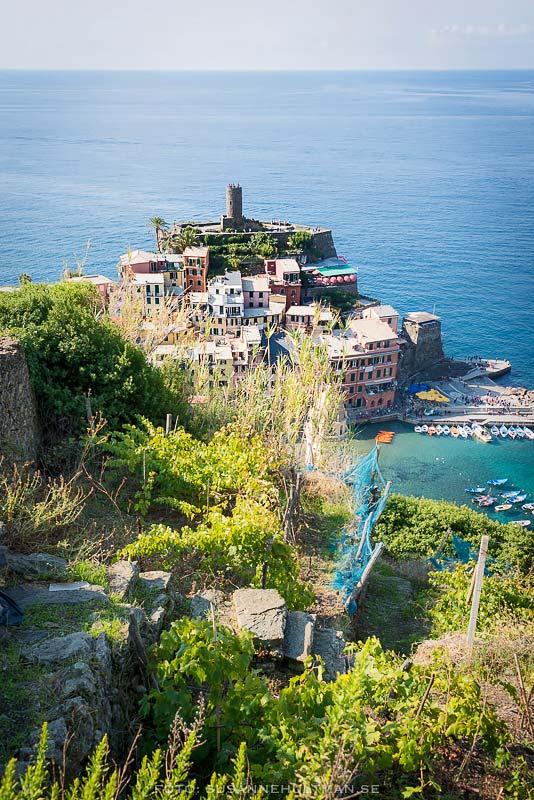 Staden Vernazza vid havet