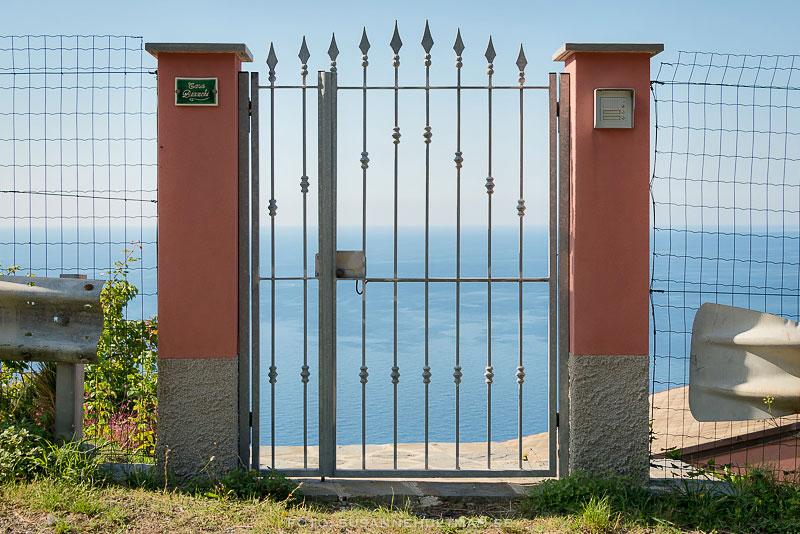 Grind med utsikt mot havet