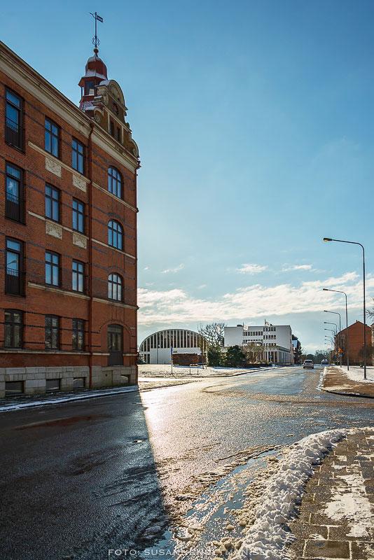 Solblank gata med Malmöhuset och medborgarhuset.