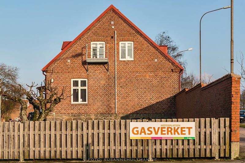 Husgavel med staket och skylt med texten Gasverket.