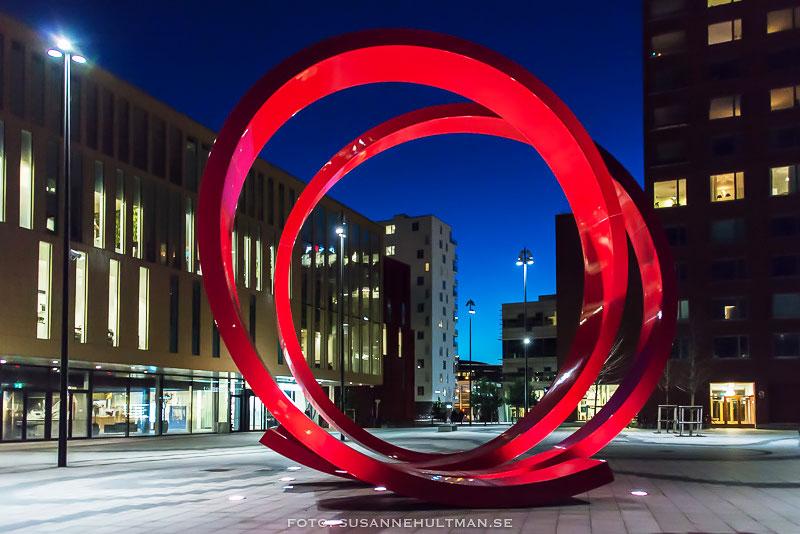 Röda stora cirklar med blå natthimmel bakom.