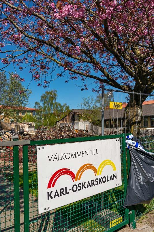 """Skylt med texten """"Välkommen till Carl-Oskarskolan"""""""
