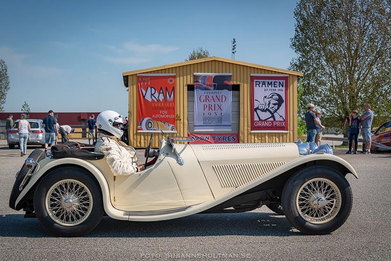 Vit gammal bil med stor förare