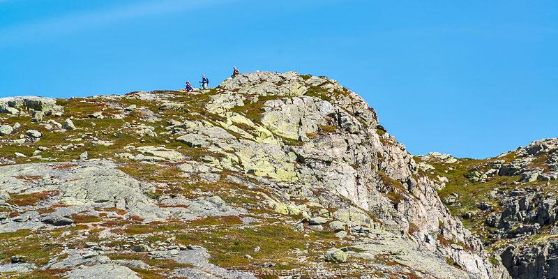 Klippa med vandrare högst upp