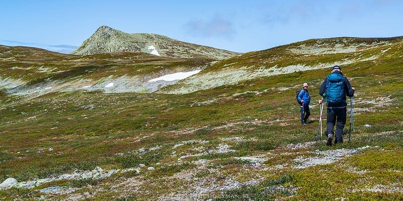 Snö på fjället och vandrare