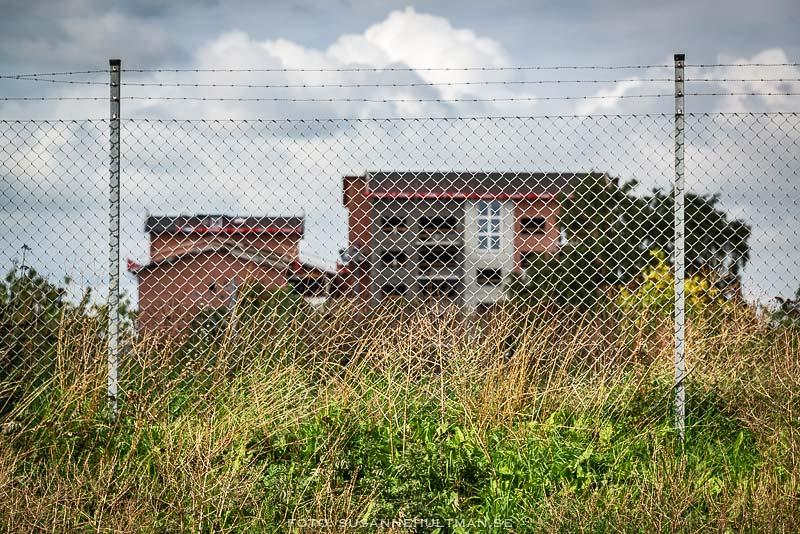 Hyreshus bakom stängsel