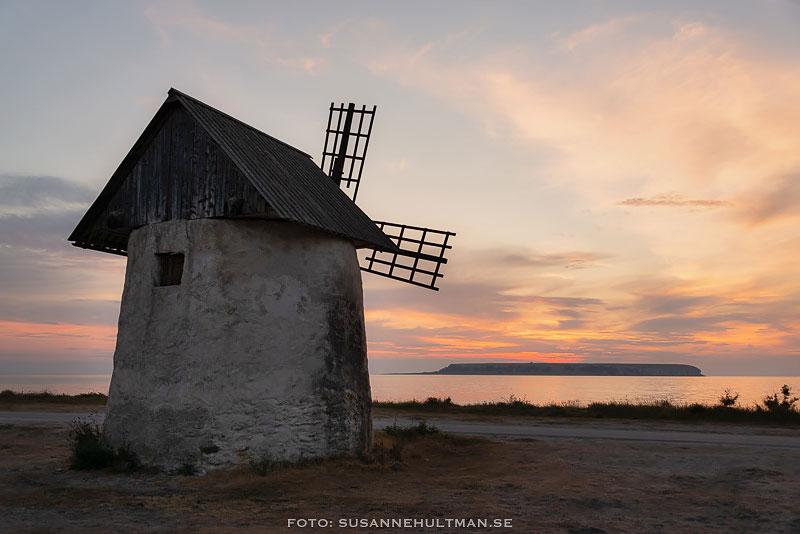 Gotlandskvarn i solnedgången mot havet och Stora Karlsö