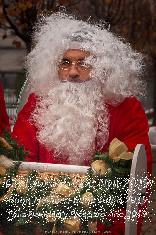 Jultomte med julhälsning på svenska, italienska och spanska.