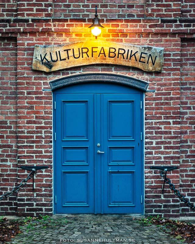 Den blå entrédörren till Kulturfabriken.