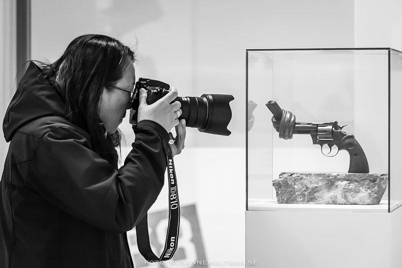 Fotograf som tar foto av utställd pistol