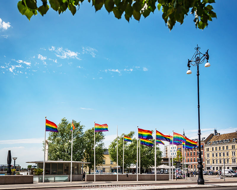 Prideflaggor längs gatan