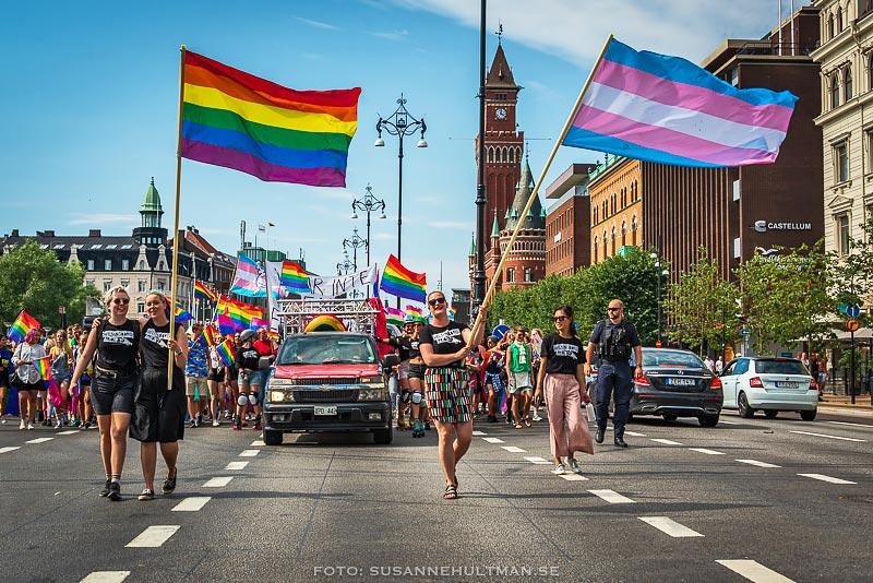 Prideflaggor i täten