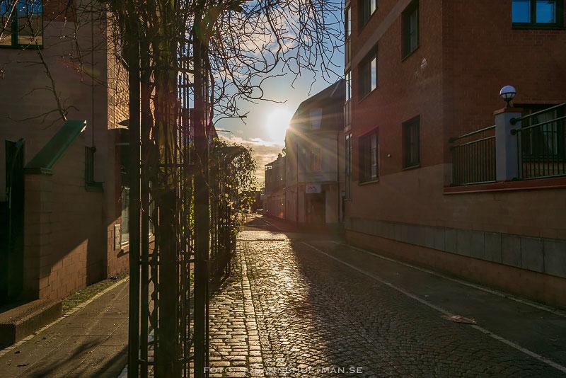 Solstrålar på Köpmansgatans gågata.