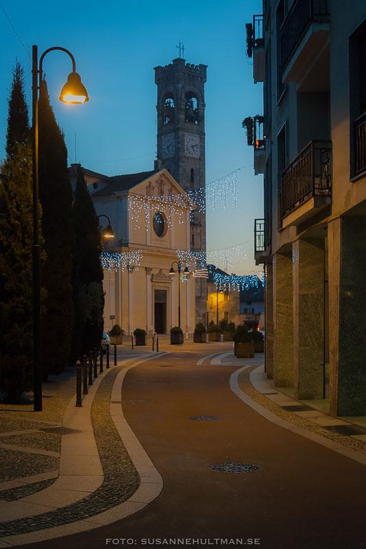 Albiates kyrka i kvällsljus och med juldekorationer