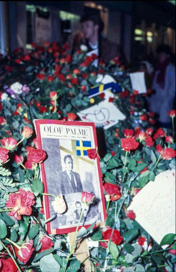Mordplatsen översållad med blommor och en bild på Olof Palme