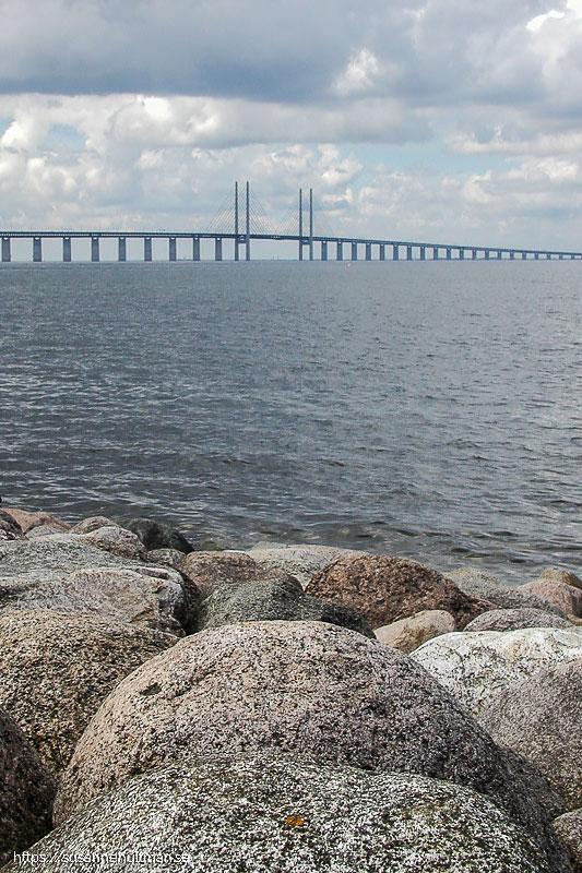 Öresundsbron i bakgrunden och stora stenar i förgrunden
