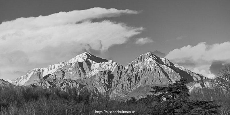 Svartvitt foto med berg i bakgrunden