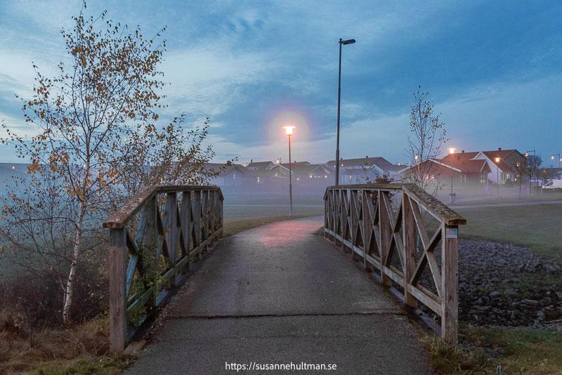 Gångbro i skymningsdimma