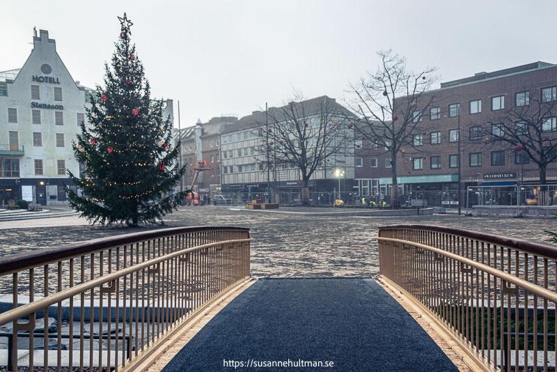 Stora torg med julgran och Stenssons hotell i bakgrunden.