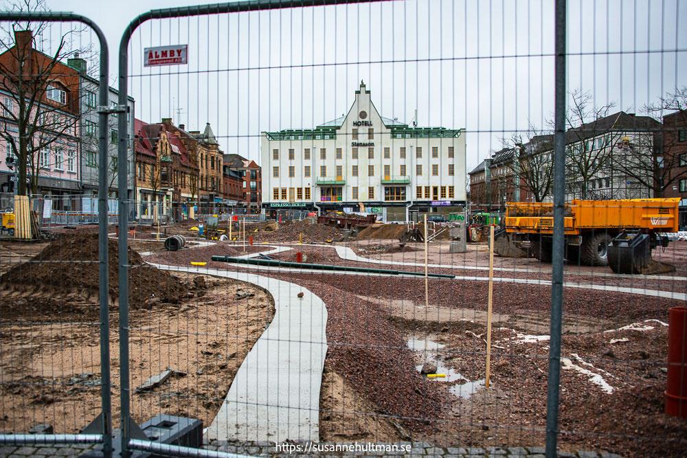 Stora torg innanför byggstängsel med hotell Stensson i bakgrunden.