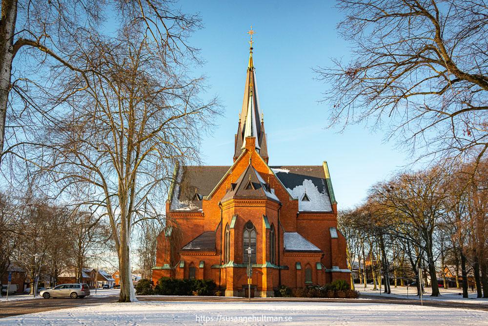 Eslövs kyrka i sol och snö.