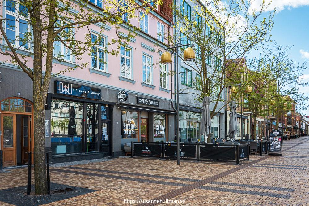 Köpmansgatan på östra sidan av Stora torg.
