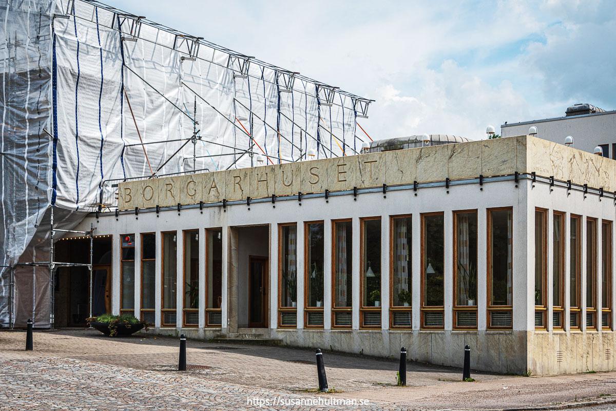 Medborgarhuset där texten blivit BORGARHUSET eftersom delar av huset är borttagna.