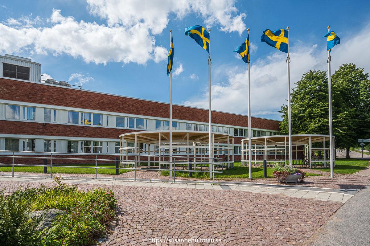 Fem vajande svenska flaggor utanför Eslövs stadshus.